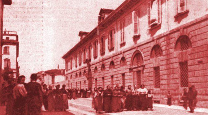 Illustrazione Italiana 1898 - Sigaraie lasciano il lavoro Pubblico dominio - Luca Comerio (1878–1940)
